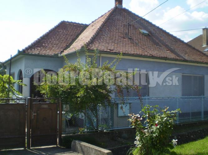 Reality Na predaj zachovalý obývateľný rodinný dom v obci Sasinkovo, krásny slnečný pozemok 2210m2,