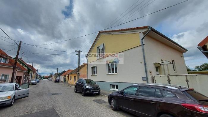 Reality Ponúkame exkluzívne na predaj zrekonštruovaný - priestranný rodinný dom v meste Piešťany na