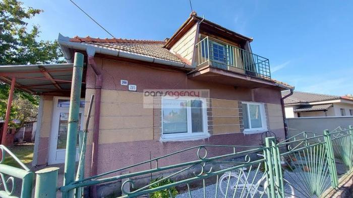 Reality Ponúkame exkluzívne na predaj rodinný dom v obci Šarovce s pozemkom o výmere 1328 m2
