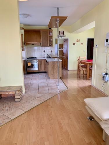 Reality Na prenájom veľký 3 izbový byt v rodinnom dome Nitrianske Hrnčiarovace