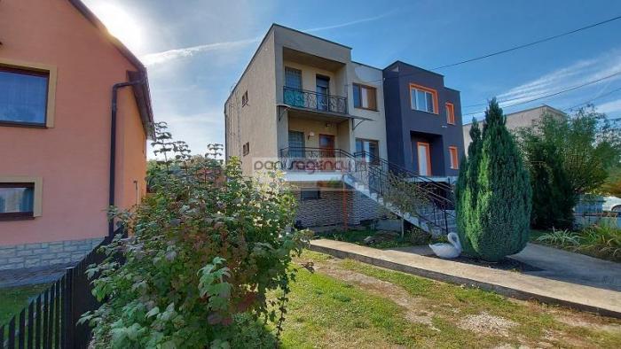 Reality Ponúkame exkluzívne na predaj rodinný dom postavený na pozemku o výmere 760 m2 v Žemberovciach