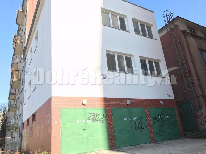 Reality Polyfunkčná budova pri centre mesta Prievidza - výhodná cena, možnosť parkovania