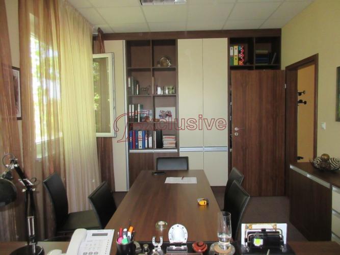 Reality Reprezentatívna administratívna budova so skladovými priestormi