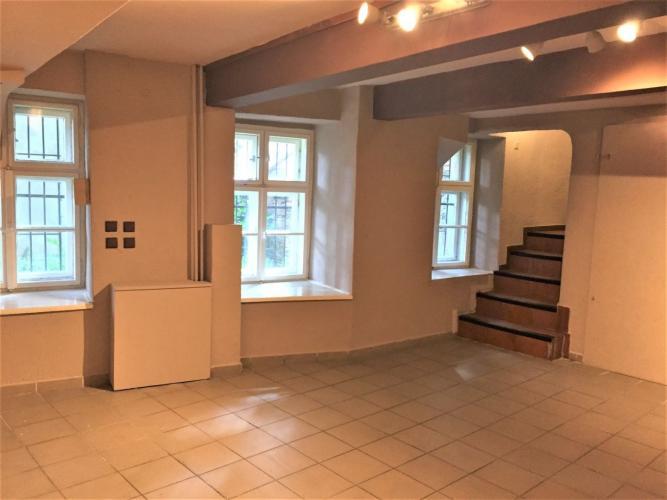 Reality PROMINENT REAL prenajme nebytové priestory v historickej budove v Bratislave na Župnom námestí.