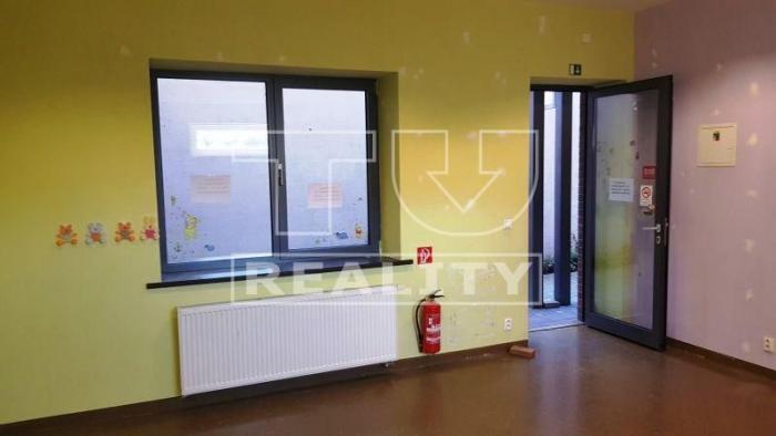 Reality Obchodný priestor priamo v centre mesta s výkladom, Stupava,na Hlavnej ulici 28 m2, CENA: 370,00 E