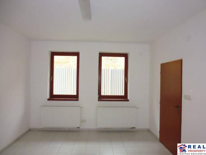 Reality HLAVNÁ: VOĽNÉ nebyt.priestory cca 20 m2 - PRÍZEMIE, bezbariér.prístup