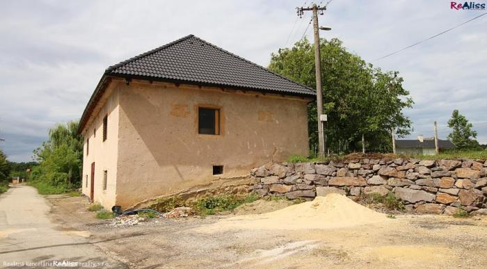 Reality Komerčná budova - sklad 140 m2, s pozemkom 550 m2 a parkoviskom v obci Látkovce