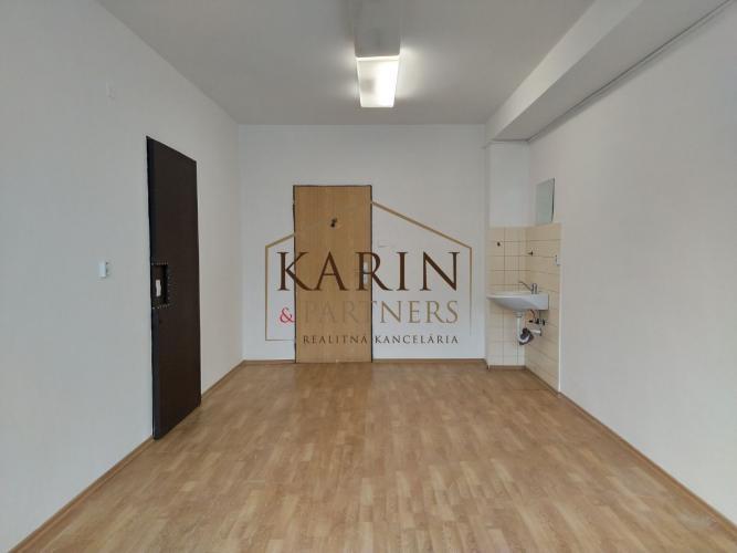 Reality LEN: 170.-€/ mesiac! Prenájom viacúčelové miestnosti 18m2 s umývadlom! + parkovacie miesta, B