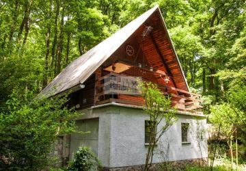 Reality Kučišdorfská dolina: Predaj rekreačnej chaty s garážou v príjemnom prostredí Malých Karpát
