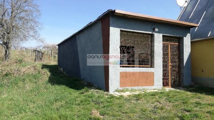 Reality Ponúkame na predaj chatku s klembovou vínnou pivnicou v Leviciach - Krížny vrch - 1625 m2