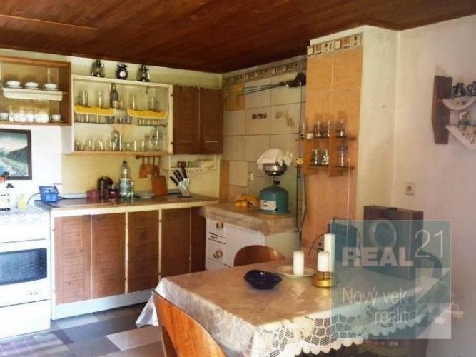 Reality Ponúkame Vám na predaj peknú murovanú chatu pri Ilave.