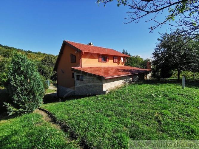 Reality Moderná chata pod kopcami Krupinskej planiny ideálna aj na trvalé bývanie