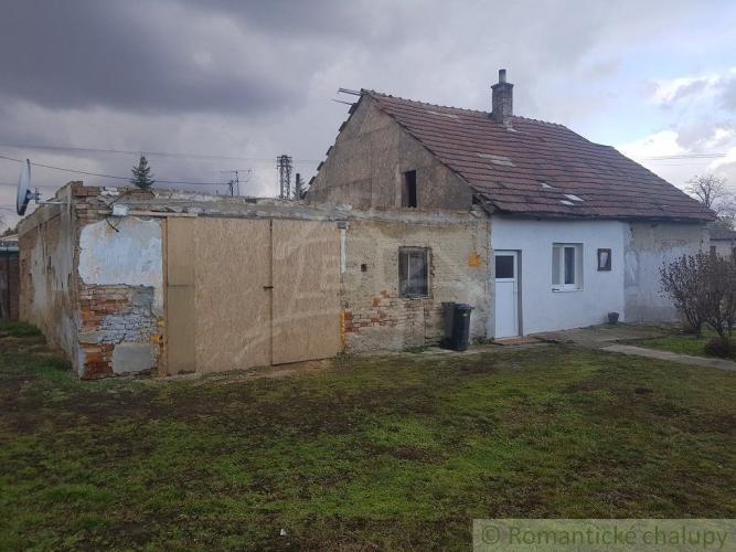 Reality Ponúkame na predaj 3 izbový rodinný dom s veľkým pozemkom v obci Veľké Ripňany