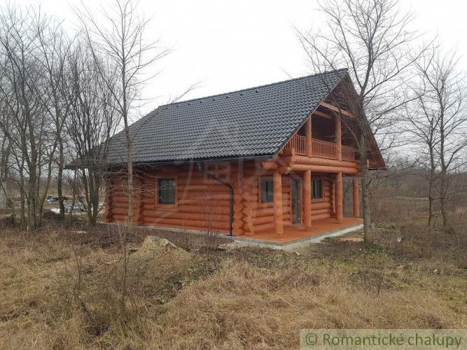 Reality Nádherný drevený nízkoenergetický zrubový dom v kľudnej časti obce Trnovec nad Váhom na pre