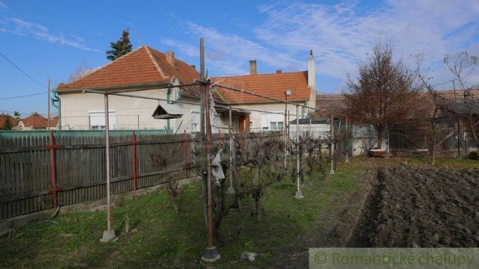 Reality Starší obývateľný rodinný dom na predaj v obci s termálnymi kúpaliskami – Topoľníky, pri