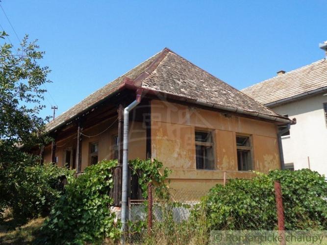 Reality NOVÁ LEPŠIA CENA !!!Gazdovský dvor s dvoma domami a veľkým pozemkom v pokojnej dedine blízko L