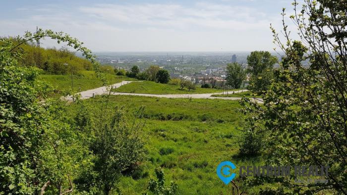 Reality Stavebný pozemok s inžinierskymi sieťami obklopený zeleňou, Bratislava, Ahoj Briežky
