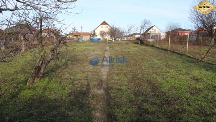 Reality Pekný pozemok so starším domom v Močenku vhodný aj na podnikanie
