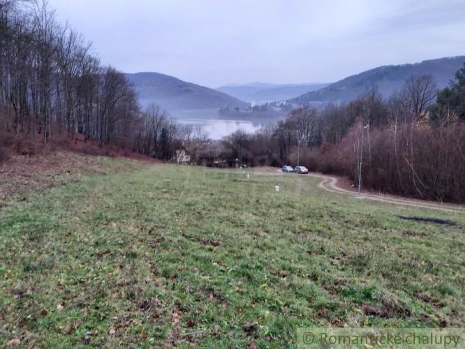 Reality Pozemok v prírodnom prostredí v Dolnom Milochove s výhľadom na priehradu na predaj