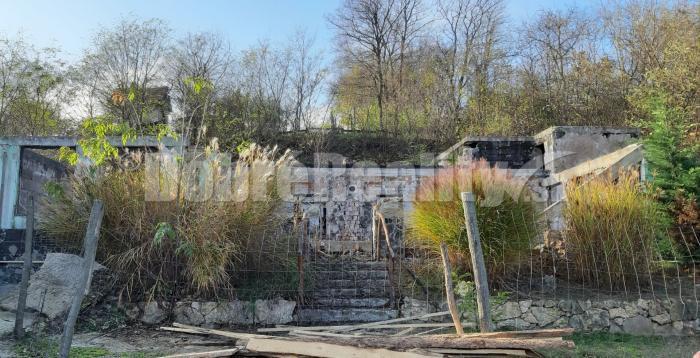 Reality PREDAJ: Pozemok so základmi, obvodovými múrmi a inžinierskymi sieťami, obec Veľké Lovce, 750
