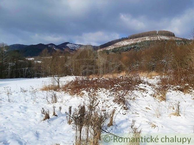 Reality Pozemok na úpätí hôr v prírodnom prostredí na polosamote s krásnym výhľadom v Zubáku