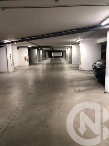 Reality Na predaj garážové státie v bytovom dome na Koceľovej,Sl.Grob