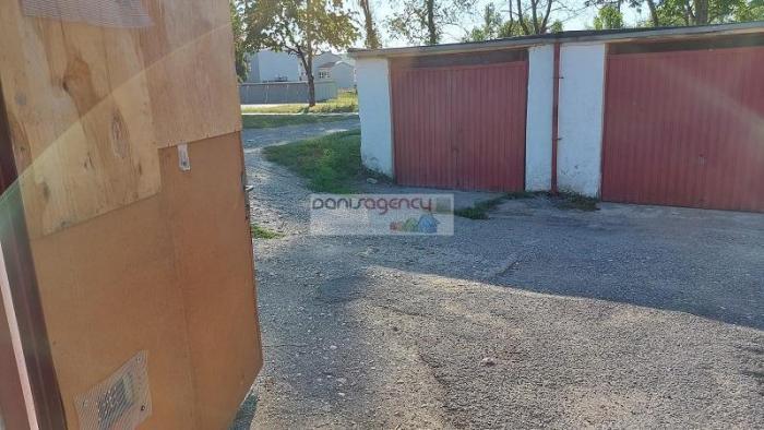 Reality Ponúkame exkluzívne na predaj garáž v Leviciach - pri Priemstave, rozloha 18 m2